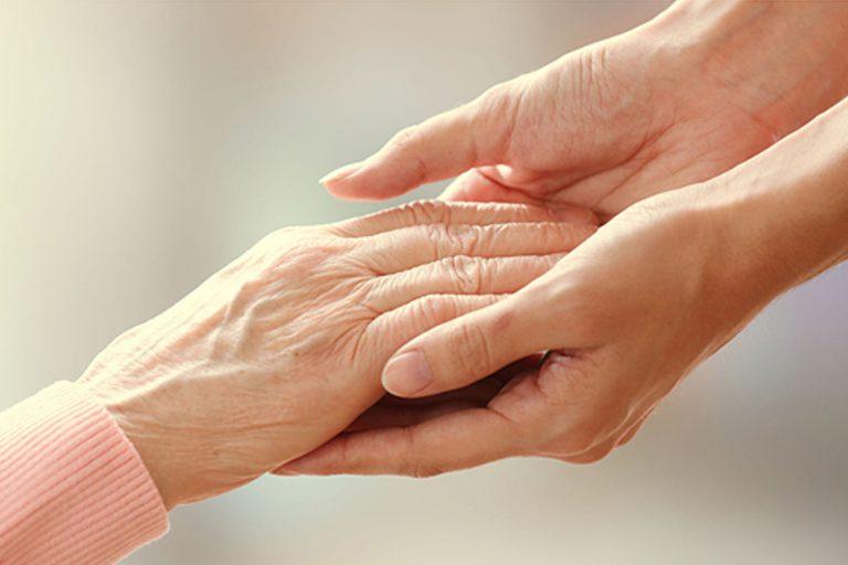 Oudere mensen die elkaars hand vasthouden